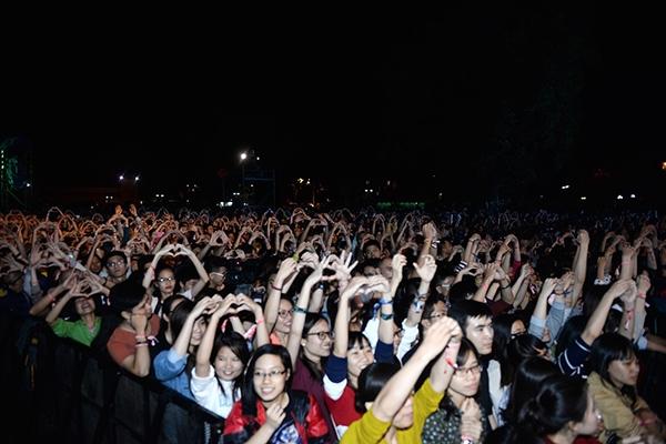 Khán giả cuồng nhiệt trong đêm diễn cuối cùng của Lễ hội âm nhạc Quốc tế Gió mùa 2015. - Tin sao Viet - Tin tuc sao Viet - Scandal sao Viet - Tin tuc cua Sao - Tin cua Sao