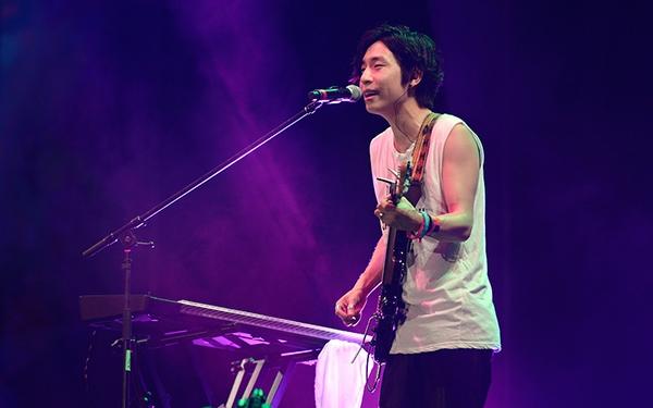 Nhóm nhạc Hàn Quốc From The Airport chơi các ca khúc được đánh giá là hit của nhóm như Sight, Golden, Hit my cash, Colors, Flying Walls, Underwater… - Tin sao Viet - Tin tuc sao Viet - Scandal sao Viet - Tin tuc cua Sao - Tin cua Sao