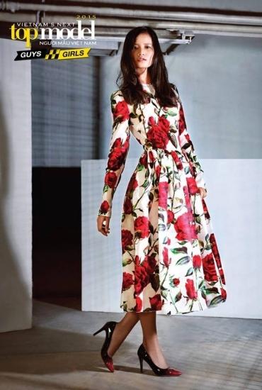Trong phần chụp hình với ê-kíp quốc tế tại Singapore, Hương Ly thể hiện vẻ nữ tính, thanh lịch cùng bộ váy hoa hồng.