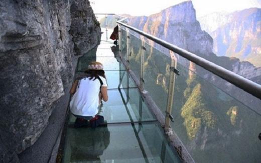 Núi Thiên Môn (Trung Quốc) được xây ở độ cao hơn 1.000 m so với mực nước biển, tạo cho du khách cảm giác chênh vênh, thử thách sự dũng cảm của khách du lịch