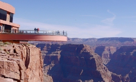 Lối đi có hình móng ngựa này được xây dựng bằng kính trong suốt và đặt ở độ cao hơn 1.200 m. Đây là một trong những điểm đến nổi tiếng mà bất kỳ du khách nào tới Grand Canyon (Mỹ) cũng muốn đặt chân đến.