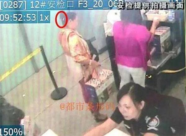 Người phụ nữ này cho biết bà đã mua rất nhiều hoa quả và muốn thưởng thức chúng trên máy bay.