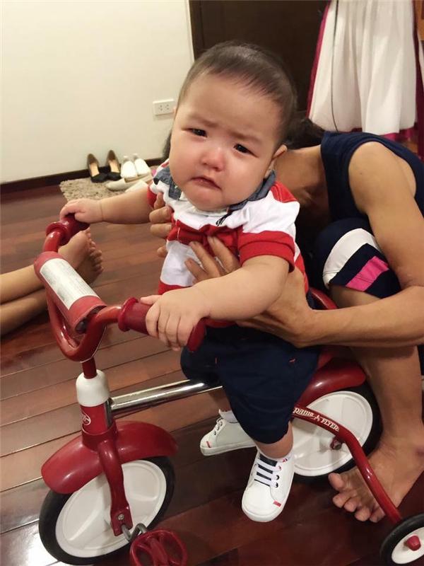 Gương mặt đáng yêu của con trai Tâm Tít khi được tập đi xe đạp. - Tin sao Viet - Tin tuc sao Viet - Scandal sao Viet - Tin tuc cua Sao - Tin cua Sao