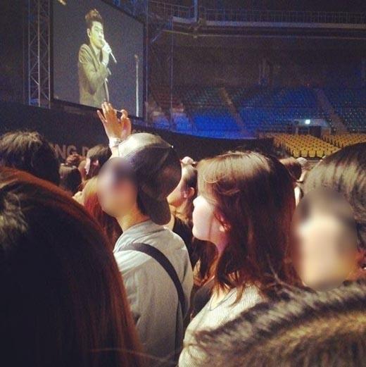 IU được bắt gặp khi đến concert của tiền bối Jang Kiha.