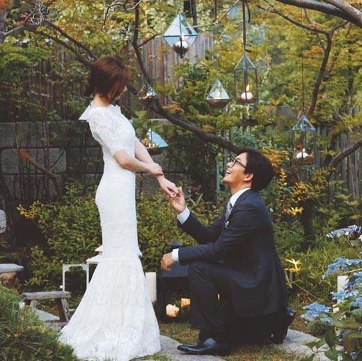 Hình ảnh Bae Yong Joon cầu hôn vợ được chính anh cập nhật lên mạng xã hội.