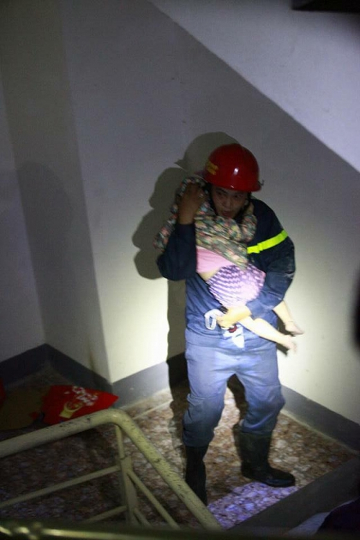 Trong đó, bức ảnh lính cứu hỏa bế bé con trong đêm gây xúc động mạnh.