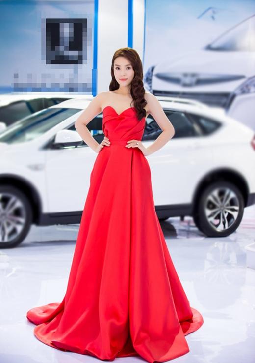 Tham dự một buổi triển lãm ô tô tại Hà Nội, hoa hậu Kỳ Duyên cũng thu hút mọi sự chú ý với bộ váy đỏ cúp ngực bồng xòe của nhà thiết kế Huy Trần. Sự đơn giản, sang trọng giúp Kỳ Duyên ghi điểm và nhận được nhiều lời khentừ công chúng.