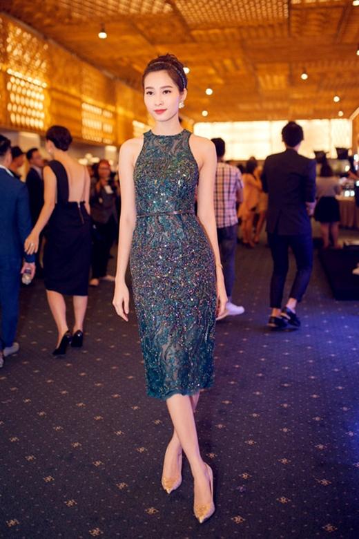 Cùng xuất hiện trên thảm đỏ của sự kiện này, Hoa hậu Việt Nam 2012 - Đặng Thu Thảo- nhẹ nhàng nhưng vẫn đầy lôi cuốn trong bộ váy xuyên thấu có tông màu xanh rêu sang trọng. Thiết kế tạo điểm nhấn bởi những chi tiết đính kết khá kì công, tỉ mỉ.