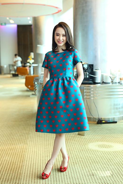 Sau hàng loạt bộ cánh gợi cảm, Angela Phương Trinh bất ngờ kín đáo, cổ điển khi diện bộ váy có họa tiết trái tim của nhà thiết kế Đỗ Mạnh Cường. Đây cũng là một trong những mẫu nằm trong bộ sưu tập Thu - Đông 2015 với tên gọi Love của nhà thiết kế gốc Hà thành.