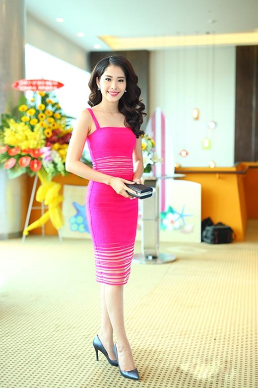 Sắc hồng cùng chất liệu mỏng, nhẹ làm tôn lên nét nữ tính, điệu đà của Hoa khôi đồng bằng sông Cửu Long 2015 - Nguyễn Lệ Nam Em.