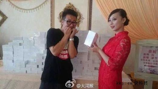 Té ngửa với sự thật về việc đi đám cưới được tặng iPhone 6 Plus