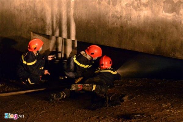 Lực lượng cứu hoả mở được cửa hầm đưa vòi chữa cháy xuống dập lửa.