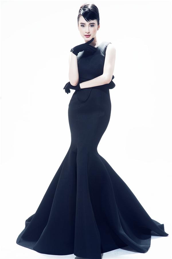Angela Phương Trinh khoe khéo đường cong trong mẫu váy đuôi cá ôm sát cơ thể. Thiết kế đơn giản được tạo điểm nhấn bằng họa tiết trái tim dựng phom 3D tinh tế. Có thể nói, qua nhiều mùa mốt, những thiết kế của Đỗ Mạnh Cường không thay đổi nhiều về phom dáng nhưng luôn tạo sức hút bởi sự đơn giản, tinh tế và sang trọng - tinh thần mà nhà thiết kế 34 tuổi hướng đến từ khi xây dựng sự nghiệp.