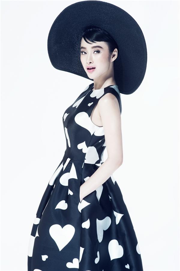 Angela Phương Trinh làm duyên với chiếc mũ fedora rộng vành mang hơi thở cổ điển.