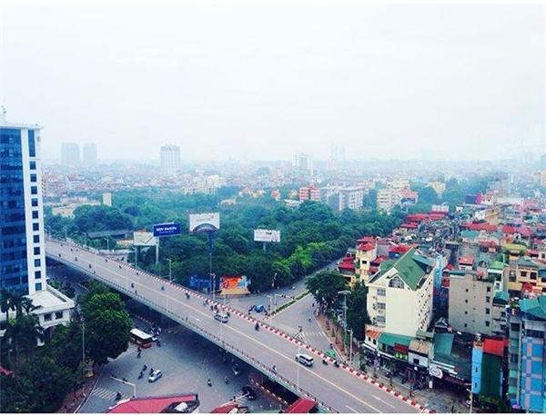 Khung cảnh thành phố được bao trùm trong màn sương mờ ảo mới thật quyến rũ và thơ mộng biết chừng nào.(Ảnh: Instagram)