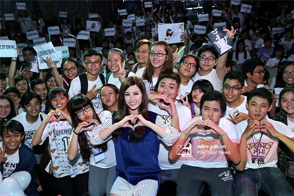 Đông Nhi trong buổi offline mừng sinh nhật với fan vào ngày 11/10. - Tin sao Viet - Tin tuc sao Viet - Scandal sao Viet - Tin tuc cua Sao - Tin cua Sao