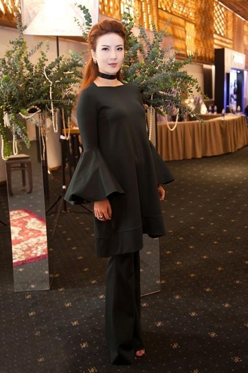 Cũng trên thảm đỏ này, Yến Nhi tự cộng tuổi cho mình trong bộ trang phục có tông đen mạnh mẽ, cá tính. Dù thiết kế có sự cách điệu, biến tấu trở nên hiện đại hơn nhưng lại không làm nổi bật được sắc vóc cùng sự trẻ trung của nữ ca sĩ.