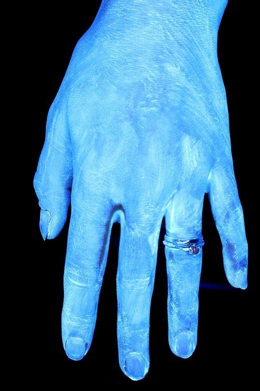 Bàn tay sử dụng Glo Germ để thử nghiệm.(Ảnh: Internet)