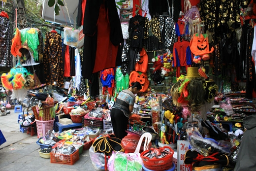 Cùng với Hàng Mã, Lương Văn Can vàĐội Cấn là những con phố nhộn nhịp nhất mùaHalloween ở Hà Nội. Giới trẻ đổ xô đi mua sắm trang phục hoá trang chuẩn bị cholễ hội ma quỷ.