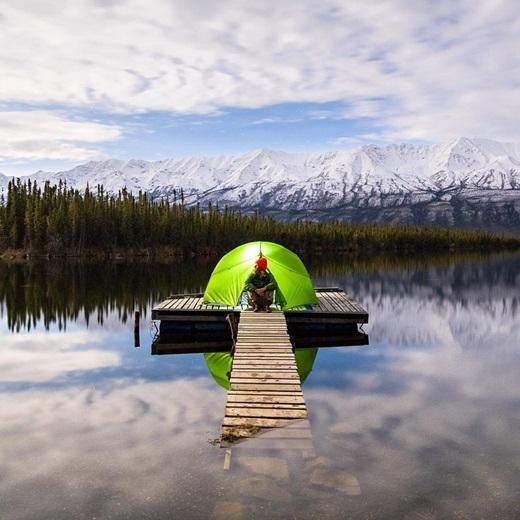 Giữa mênh mông trời mây và sóng nước Alaska, con người như lạcvào một cõi riêng tư rất đỗi yên bình.(Nguồn IG @taylormichaelburk)