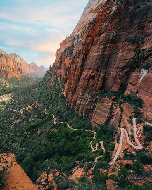 Con đường hẹp ngoằn ngoèo uốn quanh vách đá dựng đứng ởvườn quốc gia Zion, Utah không làm chùnbước những trái tim liều lĩnh.(Nguồn IG @andyto)