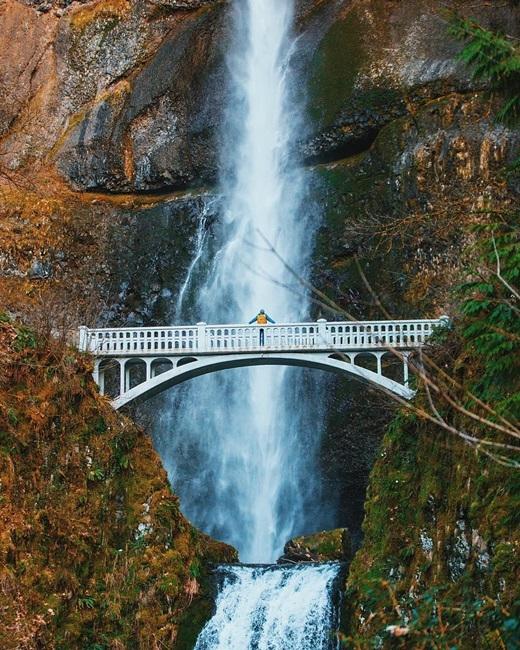 Trước dòngthác Multnomah, Oregonchảy ầm ĩ, con người ta vẫn tìm được sự thanh bình trong tâm hồn.(Nguồn IG @gavindoran)