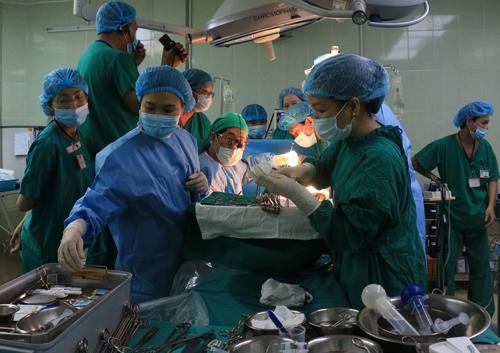 Các bác sĩ thực hiện ca phẫu thuật ghép gan cho bệnh nhân. Ảnh: Internet
