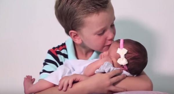 Các cậu anh trai âu yếm hôn lên trán cô em gáibé bỏng...