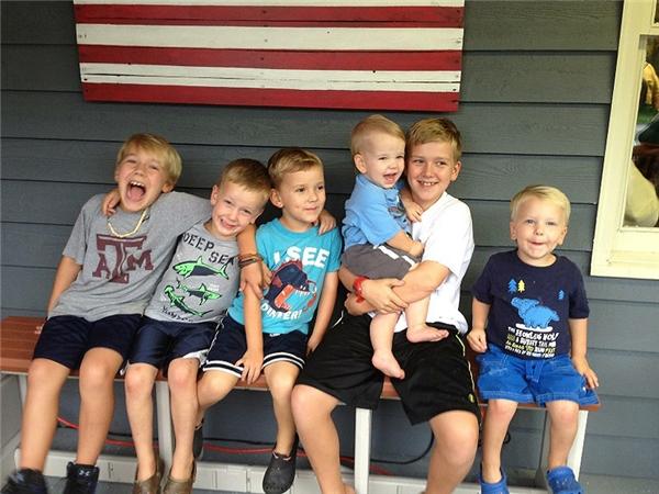 Gia đình nhà Lair với 6 cậu quý tử.(Ảnh: Internet)