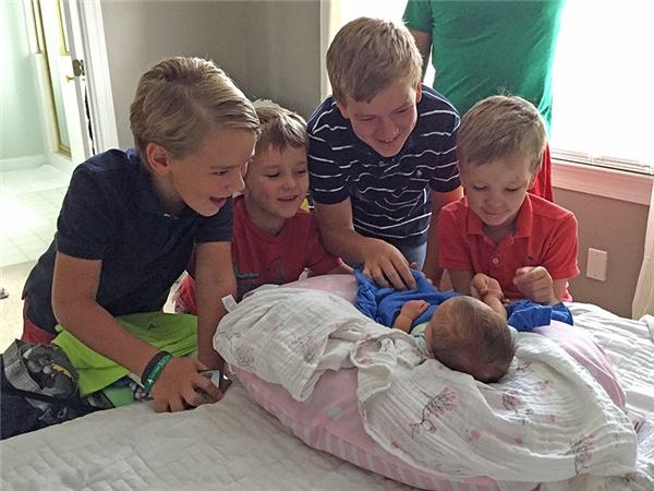 Niềm hân hoan của các ông anh trong khoảnh khắc chứng kiến cô em gái bé bỏng chào đời.(Ảnh: Internet)