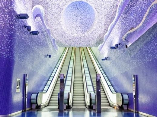 Một trạm tàu điện ngầm ở Naples, Ý. Đây là tác phẩm nghệ thuật của nghệ sỹ Robert Wilson với ánh sáng chiếu khắp không gian. Đây cũng là trạm tàu có độ sâu nhất ở Naples.
