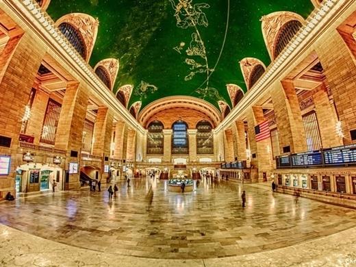 Nhiều du khách không tránh khỏi cảm giác ngợp khi đặt chân tới ga tàu ở New York (Mỹ). Không gian bên trong được thiết kế như cung điện lộng lẫy với phần mái vòm độc đáo.
