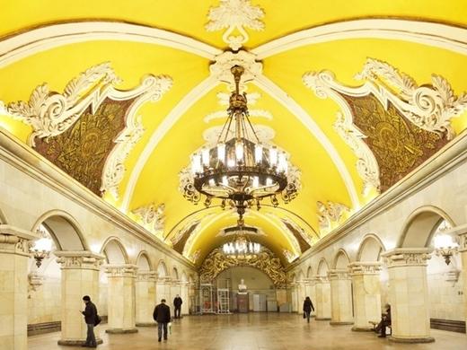 Nhà ga Komsomolskaya ở thủ đô Moscow (Nga) được thiết kế theo cảm hứng cổ điển. Bên trong là phần đèn chùm khổng lồ với trần nhà tinh xảo như phòng khiêu vũ lớn.