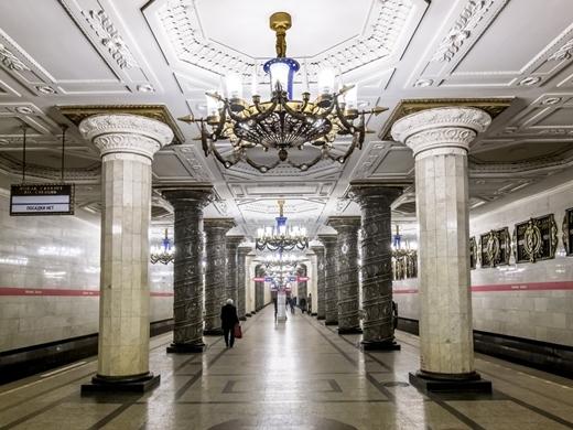 Avtovo là trạm tàu điện nổi tiếng nhất thành phố Saint Petersburg, Nga. Bên trong nhà ga được trang hoàng bằng đèn chùm khổng lồ, những cột đá cẩm thạch tinh xảo và tranh điêu khắc.
