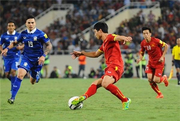 Công Phượng đi bóng trước sự đeo bám của cầu thủ Thái Lan.
