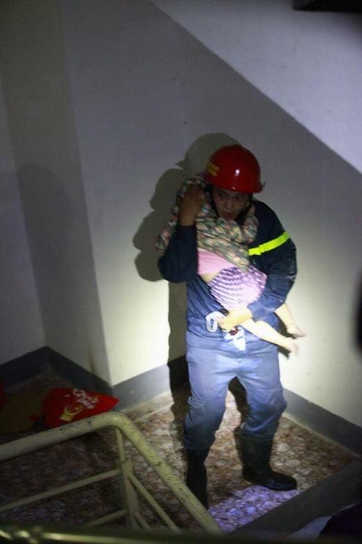 Hình ảnh người lính cứu hỏa ôm đứa bé ra khỏi chung cư bị cháy gây xúc động trong cộng đồng mạng thời gian gần đây (Nguồn: Internet)