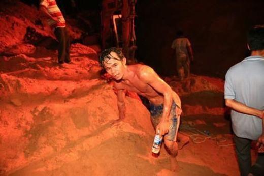 """Những """"người hùng"""" mình trần đào giếng cứu bé gái. (Nguồn: Internet)"""