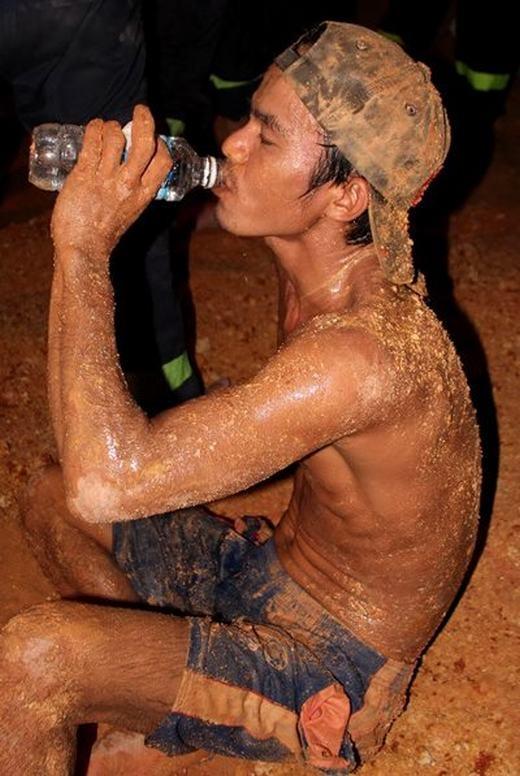 Tuy kiệt sức và lấm lem bùn đất nhưng đây vẫn luôn là hình ảnh đẹp về tình người. (Nguồn: Internet)