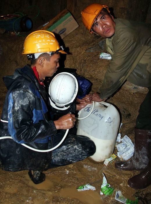 Cứ 4 tiếng, thức ăn và nước uống sẽ được truyền vào cho các nạn nhân. (Nguồn: Internet)