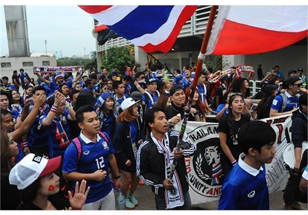 CĐV Thái Lan hò reo, trên đường tiến vào sân Mỹ Đình