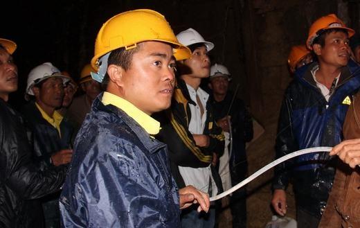 Việc đưa cháo, oxy vào cho 12 người bị mắc kẹt diễn ra bên cạnh công tác đào hầm. (Nguồn: Internet)