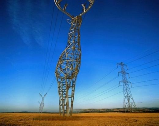 Đây là cột điện cótạo hình giống với một con tuần lộc tại Nga.Những đường dây điện sẽ được giữ bởi chiếc sừng trông khá lạ mắt. (Ảnh: Internet)