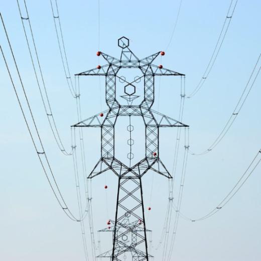 """Cột điện hình chú hề ở Hungary. Dây điện đi qua hầu hết """"tay, chân, đầu"""" của chú. (Ảnh: Internet)"""