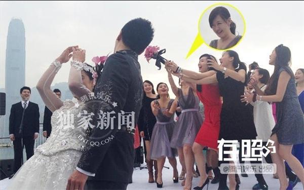 """Năm 2013, Tiết Giai Ngưng nhận được hoa cưới từ tay Lưu Tuyền. Nhiều người tin rằng, đám cưới của nữ diễn viên sớm diễn ra vì lúc đó có tin cô và Hồ Ca hẹn hò. """"Không có chuyện hẹn hò, đến giờ tôi vẫn độc thân. Tôi cho rằng, cưới xin là duyên phận, không vội vàng và lo lắng"""" - cô chia sẻ."""