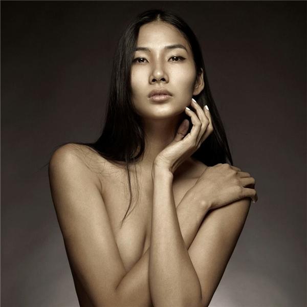 """Hoàng Thùy không hề e ại sẽ bị đàn em """"vượt mặt"""" mà ngược lại cô còn muốn những người mẫu đến từ Việt Nam sớm sải bước trên sàn diễn thời trang quốc tế. - Tin sao Viet - Tin tuc sao Viet - Scandal sao Viet - Tin tuc cua Sao - Tin cua Sao"""