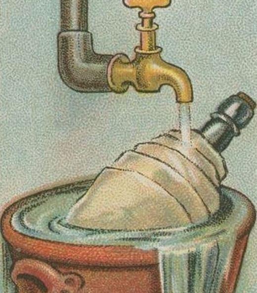 Muốn làm mátnước/rượu mà không cần dùng đá hay tủ lạnh, hãy bọc bên ngoàimột miếng nỉ rồi đặt nó trong bình bằng sành hoặc đất rồi đểdưới vòi nước. Saukhoảng 10 phút, chai nước/rượu sẽ được làm lạnh. (Ảnh: Internet)