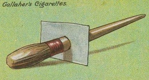 Bạn thích vẽ, tô màu nhưng không biết cách bảo quản cho bút luôn sạch? Cách đơn giản là hãydùng một tấm nhựa lồng xuyên qua bút vẽ. Cách này giúp tránh những giọt màu rơi xuống làm bẩn bút. (Ảnh: Internet)