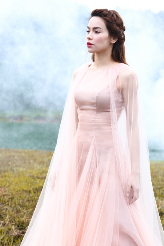 Khoác lên mình bộ trang phục tinh tế của nhà thiết kế Lý QuíKhánh, Hồ Ngọc Hà trônghệt như một nữ thần bước ra từ truyền thuyết. - Tin sao Viet - Tin tuc sao Viet - Scandal sao Viet - Tin tuc cua Sao - Tin cua Sao
