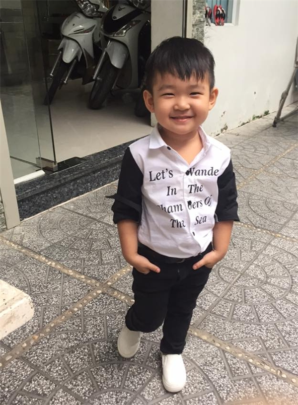 Tuy chỉ mới 2 tuổi nhưngKhangđã trông khá chững chạc và được mẹ chodiện không kém gì các hot boy. - Tin sao Viet - Tin tuc sao Viet - Scandal sao Viet - Tin tuc cua Sao - Tin cua Sao