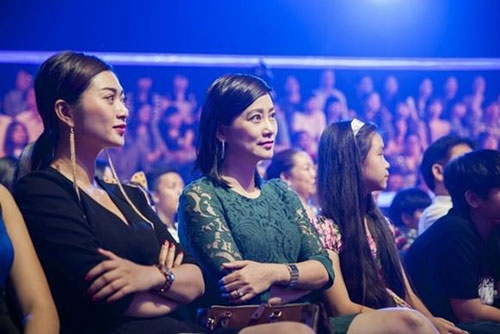 Thanh Trúc ngồi ởhàng ghế khán giả trong đêm Chung kết Gương mặt thân quen 2015. - Tin sao Viet - Tin tuc sao Viet - Scandal sao Viet - Tin tuc cua Sao - Tin cua Sao